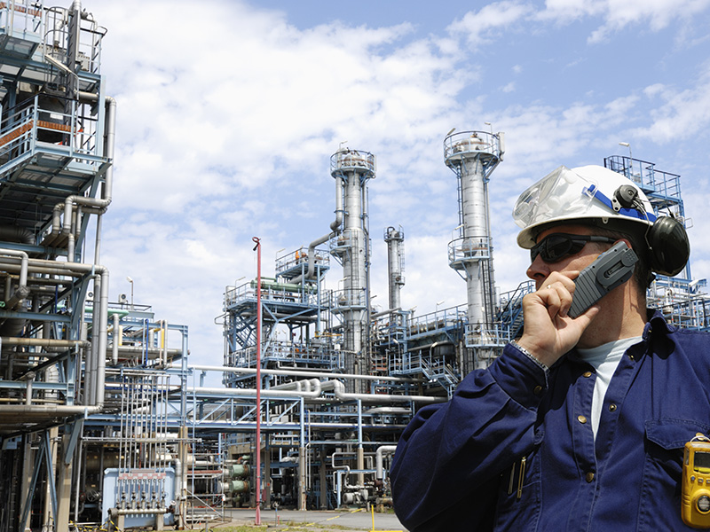Techniker bei der Arbeit an einer Industrieanlage
